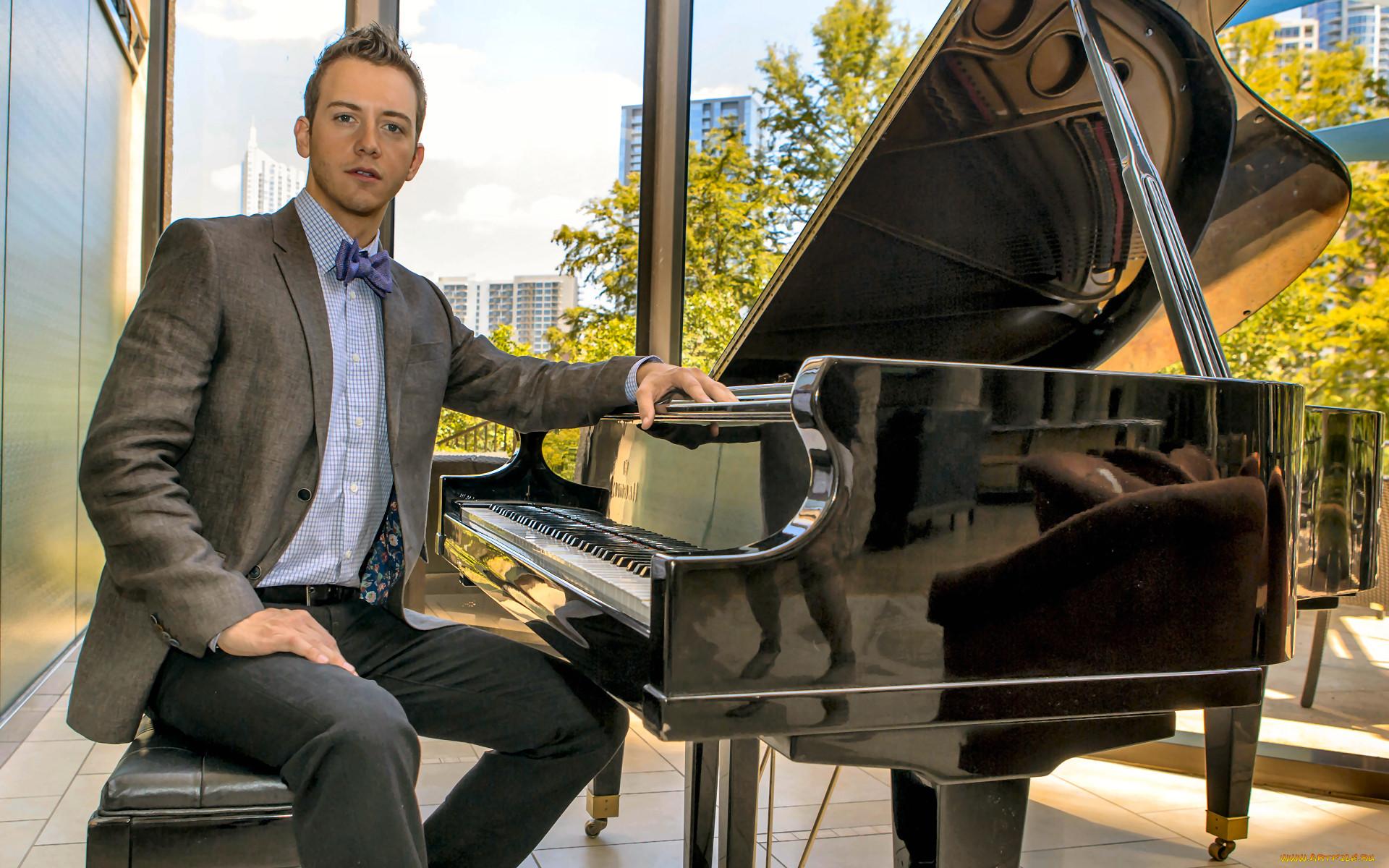 Картинка мужчина за пианино